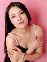 リサ (22歳) 清楚さの中に華やかさがにじみ出るような、艶っぽい雰囲気を持った美人さんです。天性の才能がありそうです。